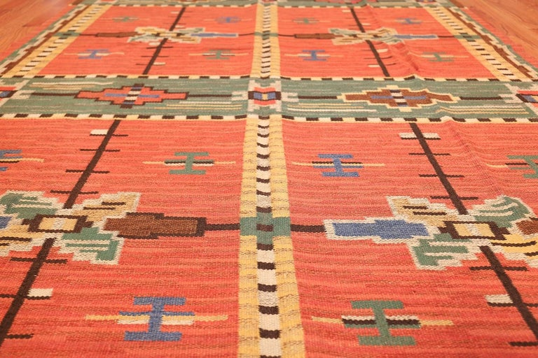 Hand-Woven Lovely Vintage Scandinavian Swedish Kilim. Size: 6 ft 4 in x 9 ft 8 in For Sale