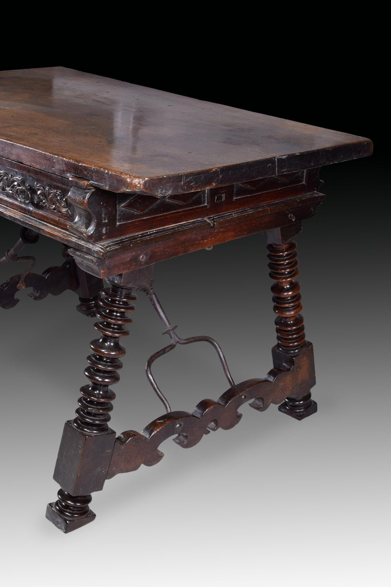 Low Table 'Estrado Table', Walnut, Wrought Iron, Spain, 17th Century In Good Condition For Sale In Madrid, ES