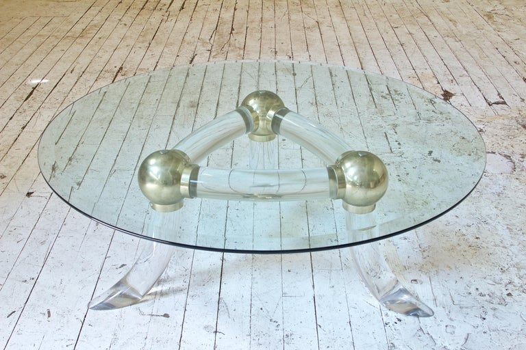 Lucite and Brass 'Tusk' Round Coffee Table, Italy, 1970s In Good Condition For Sale In Brooklyn, NY