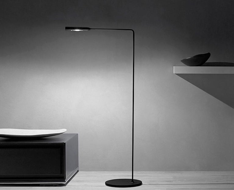 Lumina Flo Floor Lamp in Black by Foster+Partners In New Condition For Sale In New York, NY