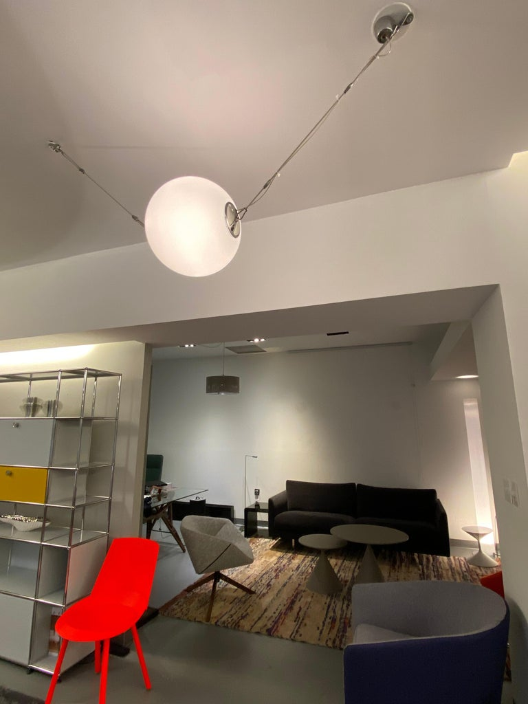 A suspended light fitting for diffused illumination, made of die-cast aluminium with a diffuser of blown glass, available in 2 sizes and powers. Possibility of cascaded installations since you can electrically connect several fittings to the same