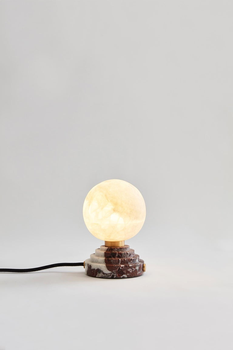 This onyx bright ampoule, which illuminates the space with a warm and cozy light, is a declaration of love to the silvery moon that inspired so many poets and artists. Placed on a marble base (available in Grand Antique, Portoro and Rosso Levanto),