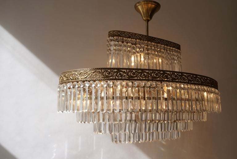 Luxurious Oval Shaped Crystal and Brass Hollywood Regency Chandelier For Sale 5