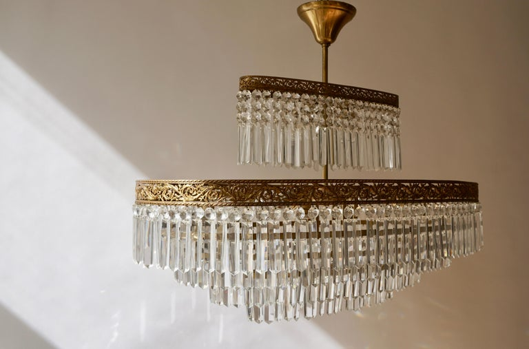 Luxurious Oval Shaped Crystal and Brass Hollywood Regency Chandelier For Sale 7