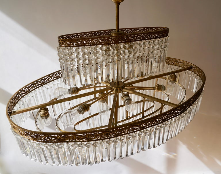 Luxurious Oval Shaped Crystal and Brass Hollywood Regency Chandelier In Good Condition For Sale In Antwerp, BE