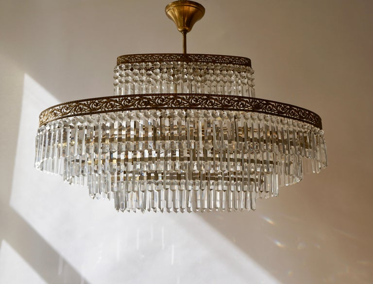 20th Century Luxurious Oval Shaped Crystal and Brass Hollywood Regency Chandelier For Sale
