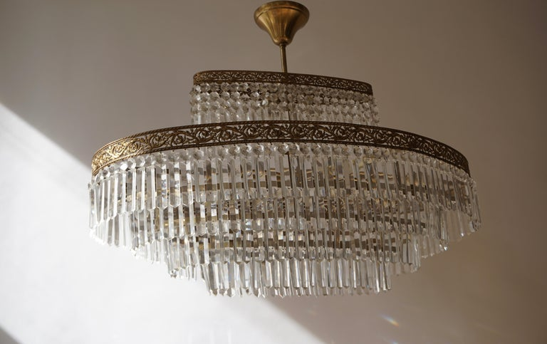 Luxurious Oval Shaped Crystal and Brass Hollywood Regency Chandelier For Sale 1