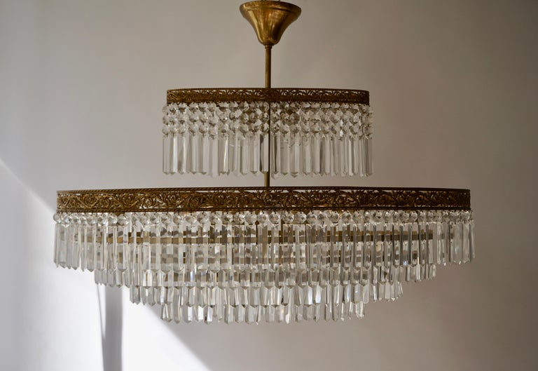 Luxurious Oval Shaped Crystal and Brass Hollywood Regency Chandelier For Sale 2