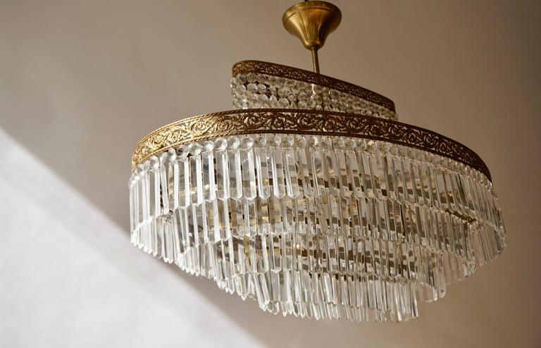 Luxurious Oval Shaped Crystal and Brass Hollywood Regency Chandelier For Sale 3
