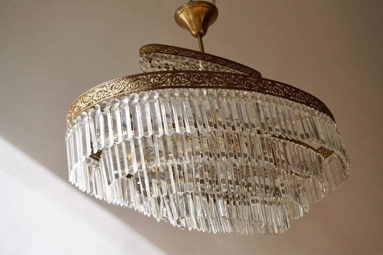 Luxurious Oval Shaped Crystal and Brass Hollywood Regency Chandelier For Sale 4