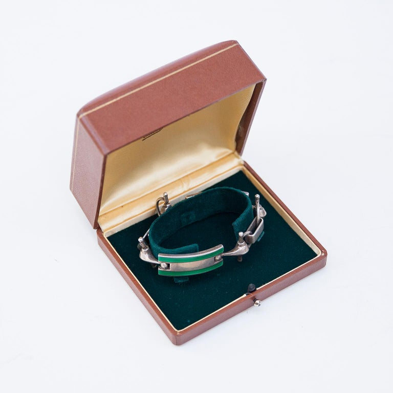 Elegant Gucci solid silver and green enamel in the famous Gucci stirrup holder design, marked with Gucci inside and original brown leather box.