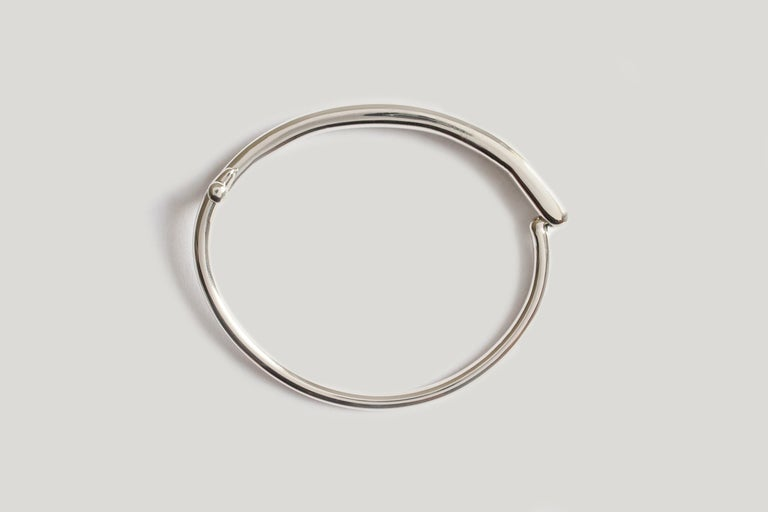 Named after the visionary Japanese-American sculptor, Isamu Noguchi, the Isa Bracelet pairs a refined organic shape with a uniform, complimentary base. The integrated, almost invisibly engineered closure lends itself to a common theme in Japanese