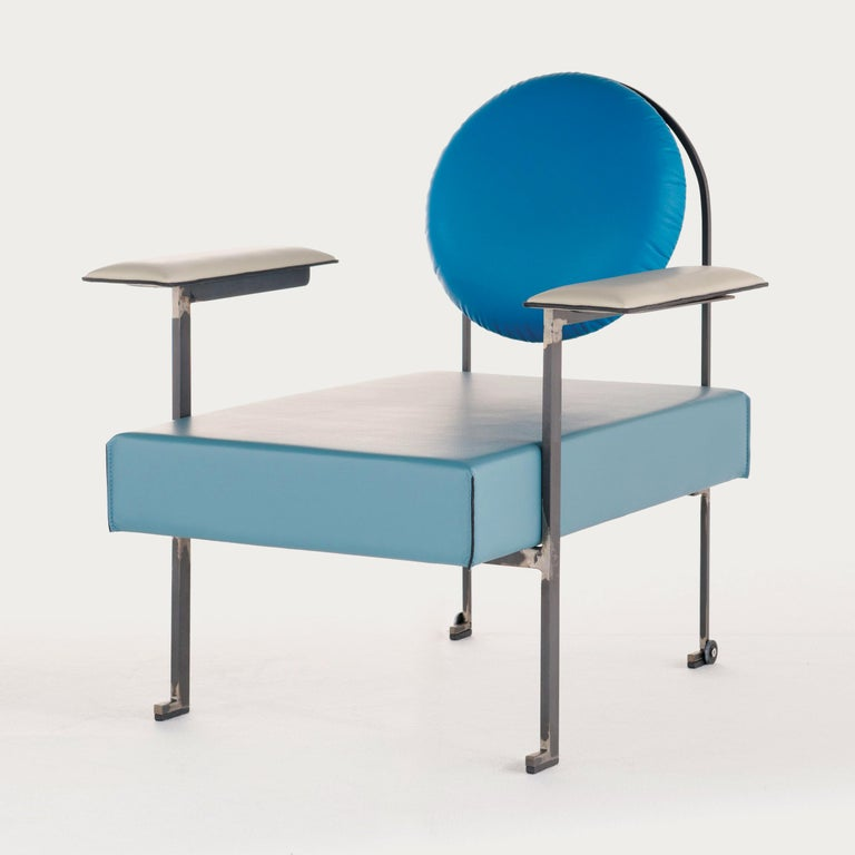 The M chair synthesises the lounger combining solid upholstered elements to a streamlined structure. An ample circular cushion gives comfortable support to the back. The welded metal structure creates an M shape in the back on which the cushion