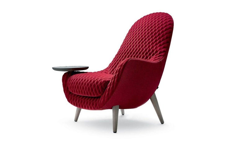 A continuous body, an enveloping seat and an image strongly characterized by a matelassè finishing: Mad King plays on exclusive artisan details to add to the collection that began with Mad Chair in 2013. A low armchair with soft, continuous lines