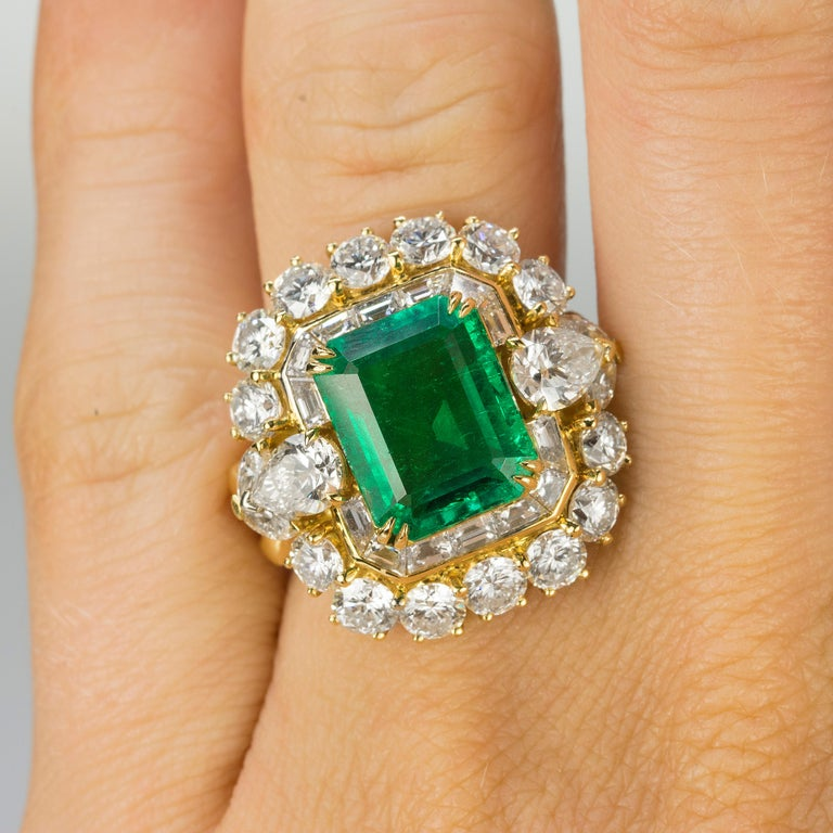 Women's or Men's Magnificent 6.25 Carat Colombian Emerald Diamond Ring For Sale