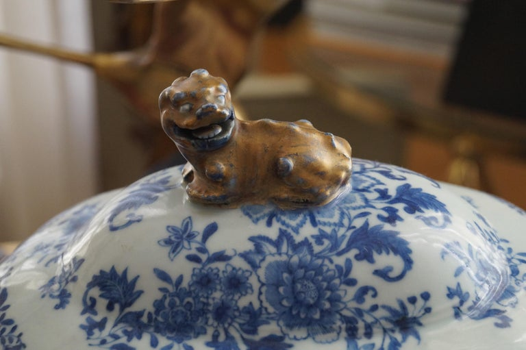 Hand-Painted Magnificent 18th Century Qianlong Period Soup Tureen with Golden Details For Sale