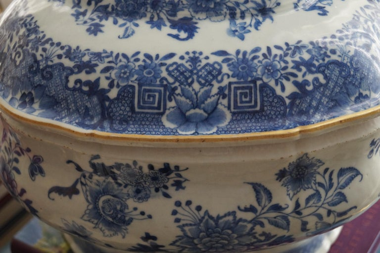 Magnificent 18th Century Qianlong Period Soup Tureen with Golden Details In Good Condition For Sale In Haarlem, Noord-Holland