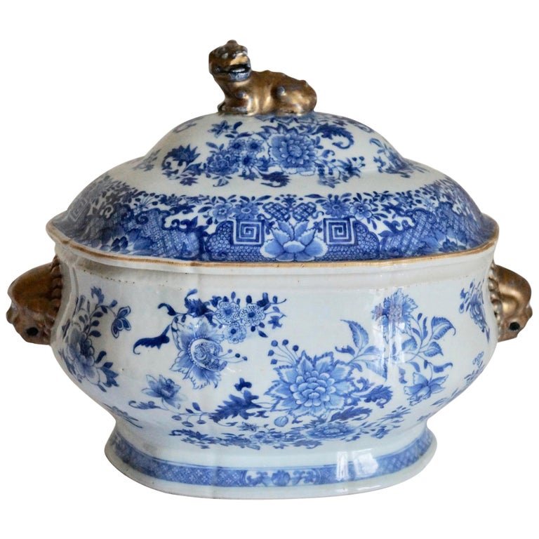 Magnificent 18th Century Qianlong Period Soup Tureen with Golden Details For Sale