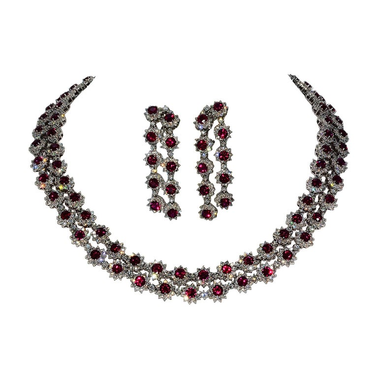Magnificent Vietnamese Round Ruby Necklace and Matching Earrings 18 Karat Gold For Sale