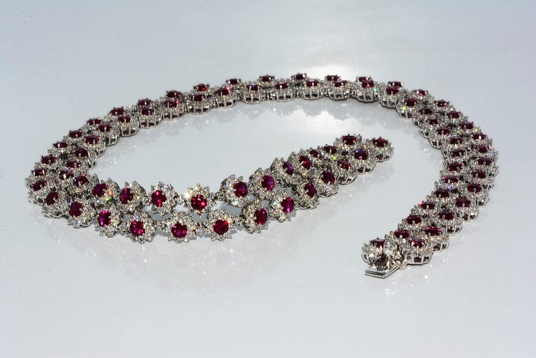 Women's or Men's Magnificent Vietnamese Round Ruby Necklace and Matching Earrings 18 Karat Gold For Sale