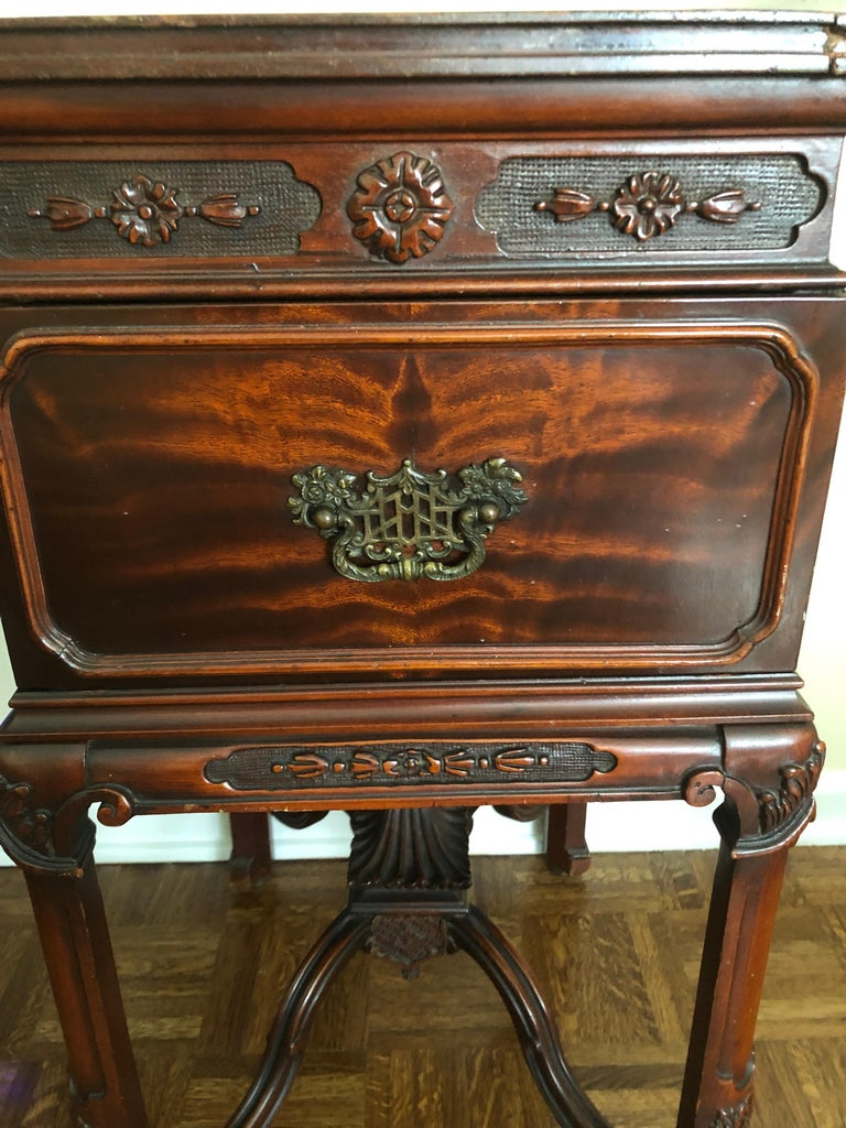 Chinese Chippendale Mahogany Pagoda Style Vanity and Mirror with Asian Flair For Sale