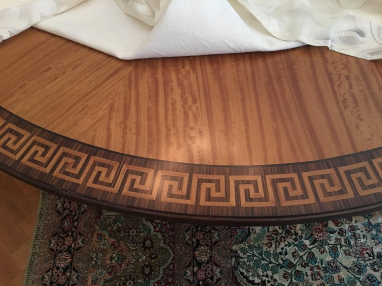 English Mahogany Round Table with Greek Key Inlay on a Decorative Pedestal, 20th Century For Sale