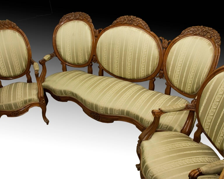 Elizabethan triplet in mahogany wood, 19th century. Tresillo with carved floral motifs, four cabriolet legs, curved and partially upholstered short arms, and