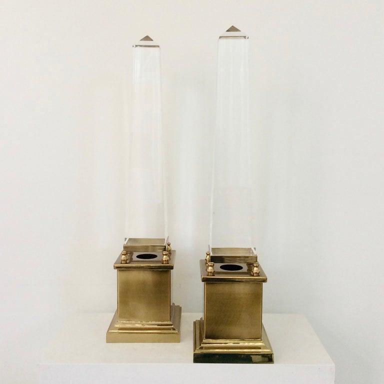 Pair of obelisk table lamps, Maison Jansen, circa 1970, France. Lucite, brass. One bulb E14 of 40 W. Dimensions: 63 cm H, 15 cm W, 15 cm D. Good original condition. We ship worldwide