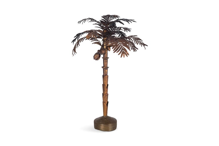 Hollywood regency brass palm tree lamp in the style of Maison Jansen. This tall Hollywood regency floor lamp has several extremely decorative details, such as the moulded base and the well crafted plates of the stem. The lamp is fitted with a