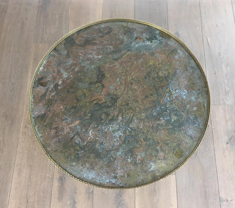 Maison Ramsay, Neoclassical Round Brass Coffee Table with Eglomized Glass Top In Good Condition For Sale In Marcq-en-Baroeul, FR