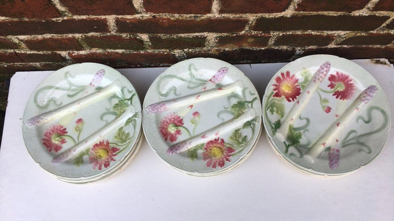Majolica Art Nouveau asparagus plate with mums signed Keller et Guerin Saint Clement. Every important French manufactures produced at the end of the 19th century asparagus and artichoke sets. 12 plates available. Reference /