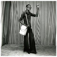 """Malick Sidibe """"Jeune homme avec pattes d'éléphant, sacoche et montre"""", 1977"""