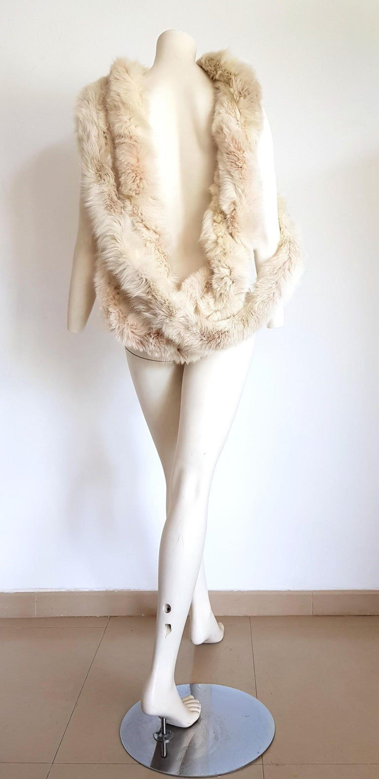 MALO Cream Wild Arctic Silver Fox Round Shape Fur Scarf - Unworn, New. The cream color in silver fox is very rare and esteemed.  SIZE: Lenght, or total circunference: 720 cm. Diameter: 10 cm. TO CONVERT: cm x 0.39 = inch. By