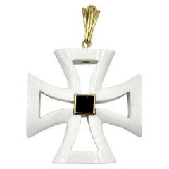 Maltese Cross Black Onyx White Agate 18 Karat Gold Pendant