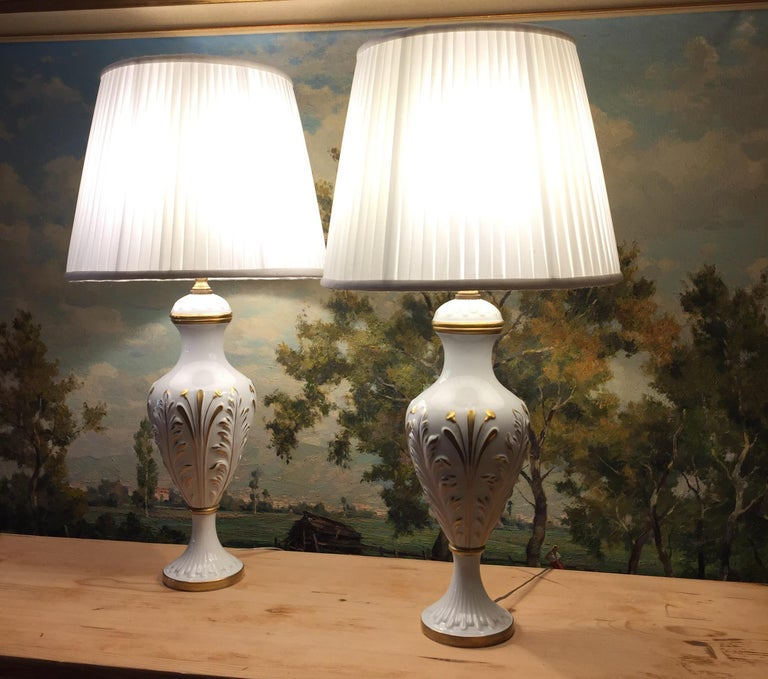 Hand-Painted Mangani Firenze Pair of Italian White Table Lamps with Gold Foliate Motiv For Sale