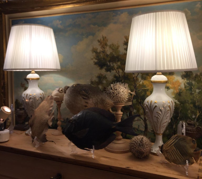 Mangani Firenze Pair of Italian White Table Lamps with Gold Foliate Motiv In Good Condition For Sale In Milan, IT
