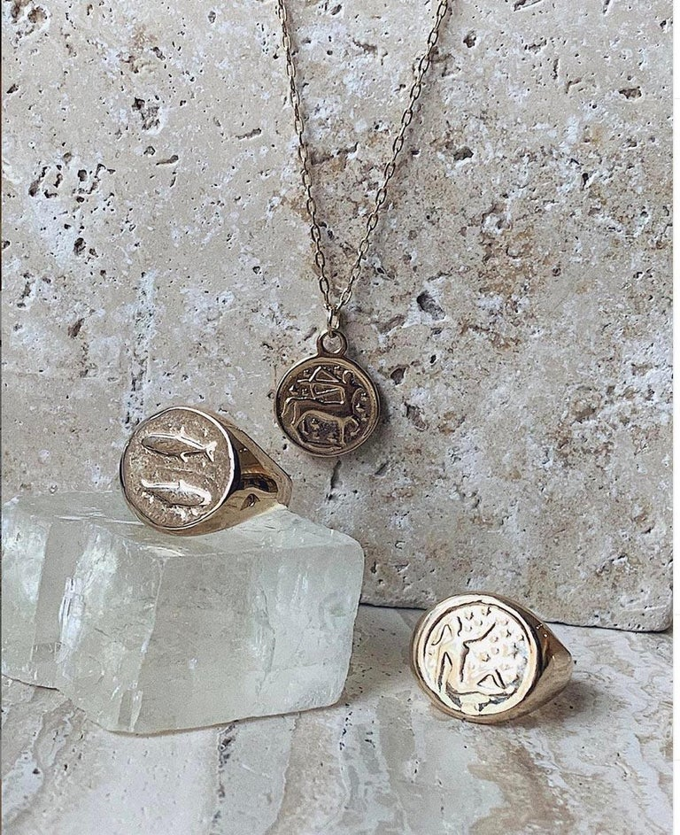 Maniamania Zodiac Pisces Coin Charm Pendant Necklace in 14 Karat Gold In New Condition For Sale In New York, NY