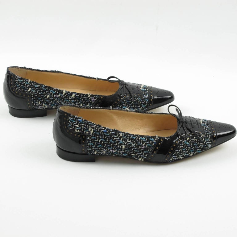 Women's Manolo Blahnik Black Patent Leather and Tweed Fabric Flats Shoes Size 37.5 / 7.5 For Sale