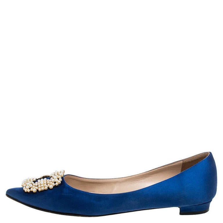 A design that redefines comfort and stunning style together, these Manolo Blahnik Hangisi ballet flats are truly attractive. These have been crafted in blue satin and feature a gorgeous gold-tone crystal-studded buckle detailing at the pointed toes.