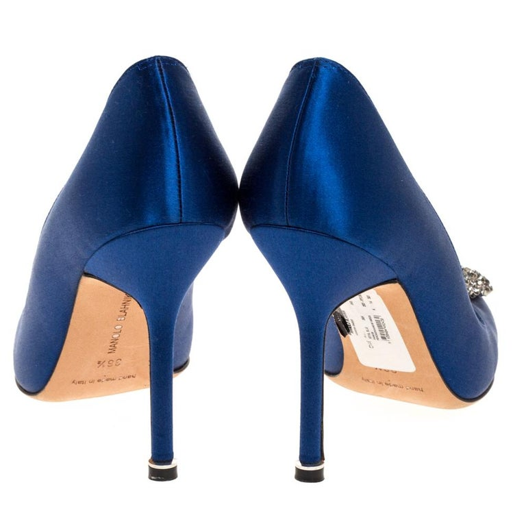 Manolo Blahnik Blue Satin Hangisi Embellished Pointed Toe Pumps Size 36.5 In Good Condition For Sale In Dubai, Al Qouz 2