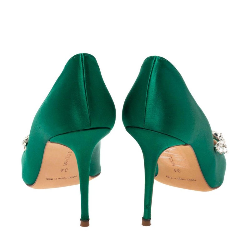 Manolo Blahnik Emerald Green Satin Nadira Crystal Embellished Pointed Toe Pumps  In Good Condition For Sale In Dubai, Al Qouz 2