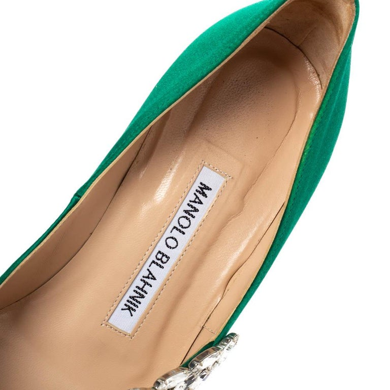 Manolo Blahnik Emerald Green Satin Nadira Crystal Embellished Pointed Toe Pumps  For Sale 2