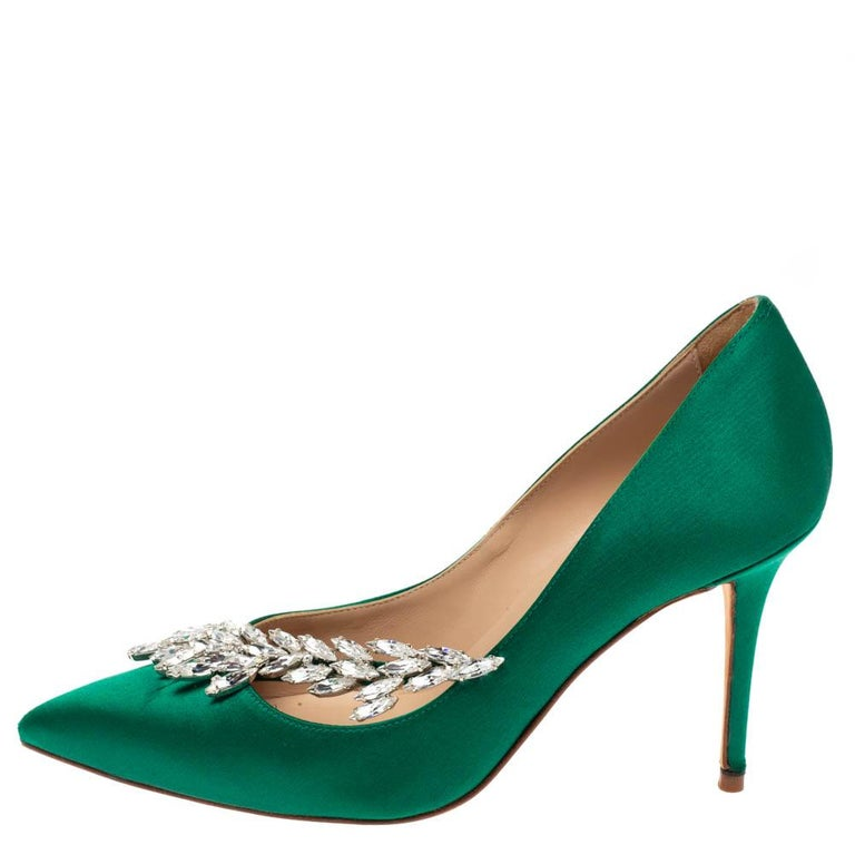 Manolo Blahnik Emerald Green Satin Nadira Crystal Embellished Pointed Toe Pumps  For Sale 3