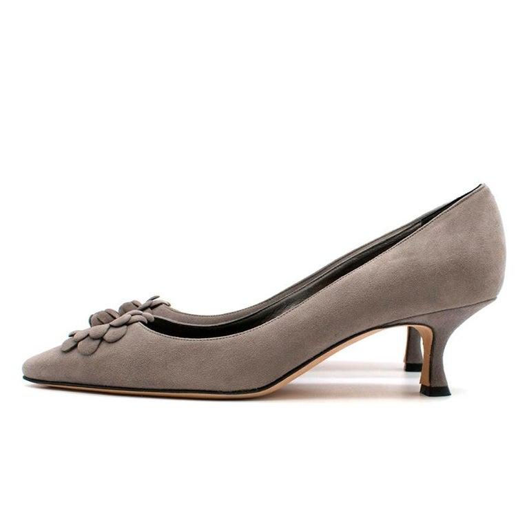 Manolo Blahnik Grey Suede Kitten Heel Pumps  36.5 In New Condition For Sale In London, GB