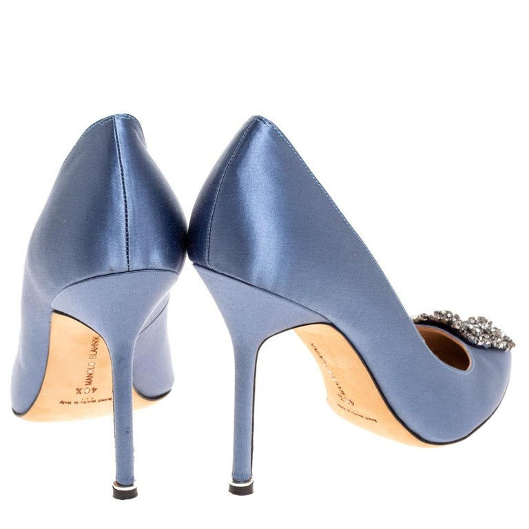 Manolo Blahnik Pale Blue Satin Hangisi Embellished Pointed Toe Pumps Size 40.5 In Good Condition For Sale In Dubai, Al Qouz 2