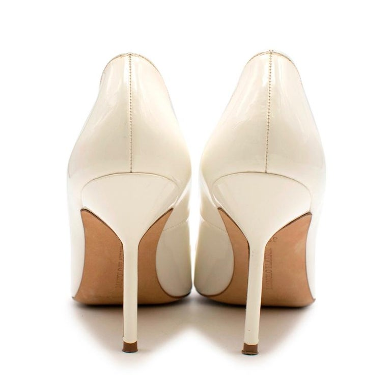 Manolo Blahnik Patent Leather Cream Pointed Toe Pumps 39.5 In Excellent Condition For Sale In London, GB