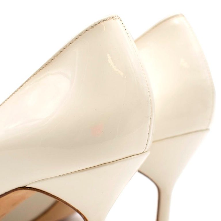 Women's Manolo Blahnik Patent Leather Cream Pointed Toe Pumps 39.5 For Sale
