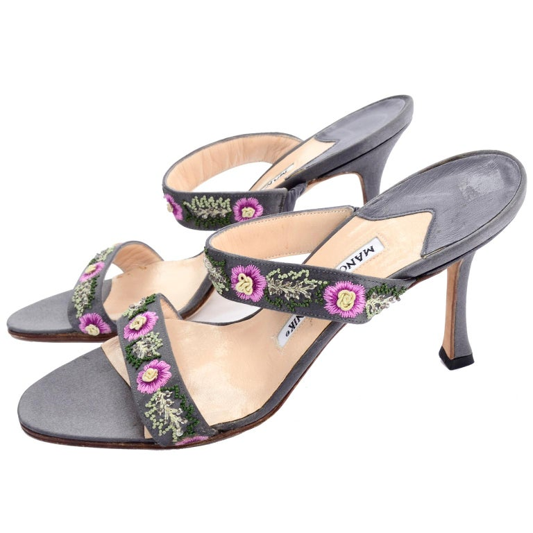 Manolo Blahnik Vintage Open Toe Beaded Slide Sandals W Pink Embroidered Flowers  In Excellent Condition For Sale In Portland, OR