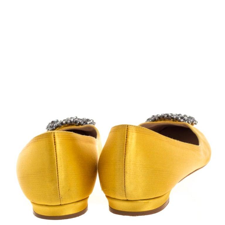 Manolo Blahnik Yellow Satin Hangisi Crystal Embellished Flats Size 34 In Good Condition For Sale In Dubai, Al Qouz 2