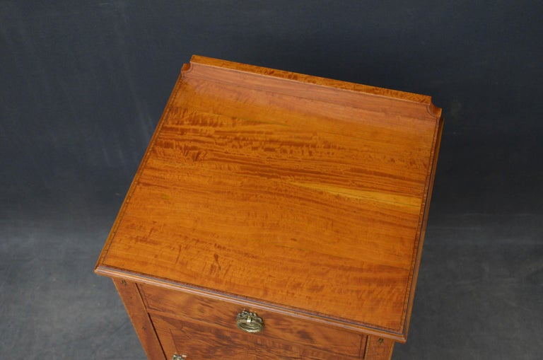 Sn4835 fine quality Edwardian satinwood bedside cabinet by Maple and Co., having shaped and sting inlaid upstand to kingwood crossbanded top with moulded edge above string inlaid drawer and string inlaid door both fitted with original brass handles